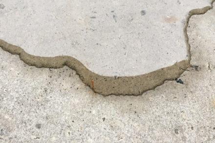 Meditatieve fotografie: waterplas op beton